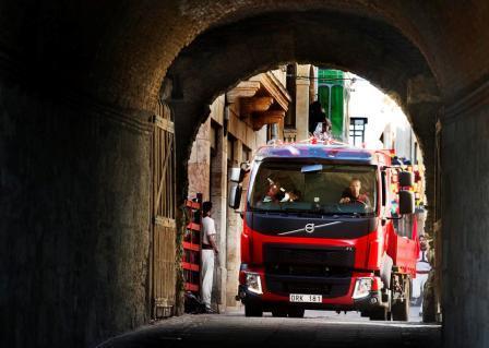 На фото: грузовик Volvo на улочках Сьюдад-Родриго.